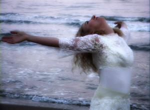 "Frame dal video ""Shooting Stars"" di Isobel Blank"